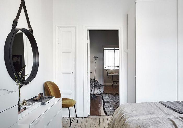 La chaise Beetle ocre dans une chambre blanche
