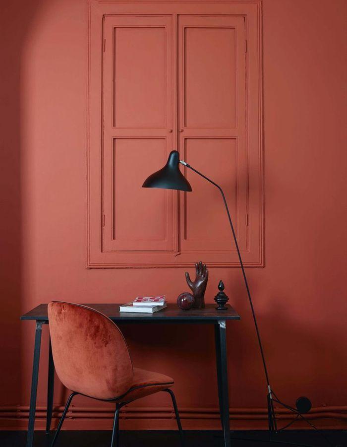 La chaise Beetle terracotta associée à un mur de la même couleur