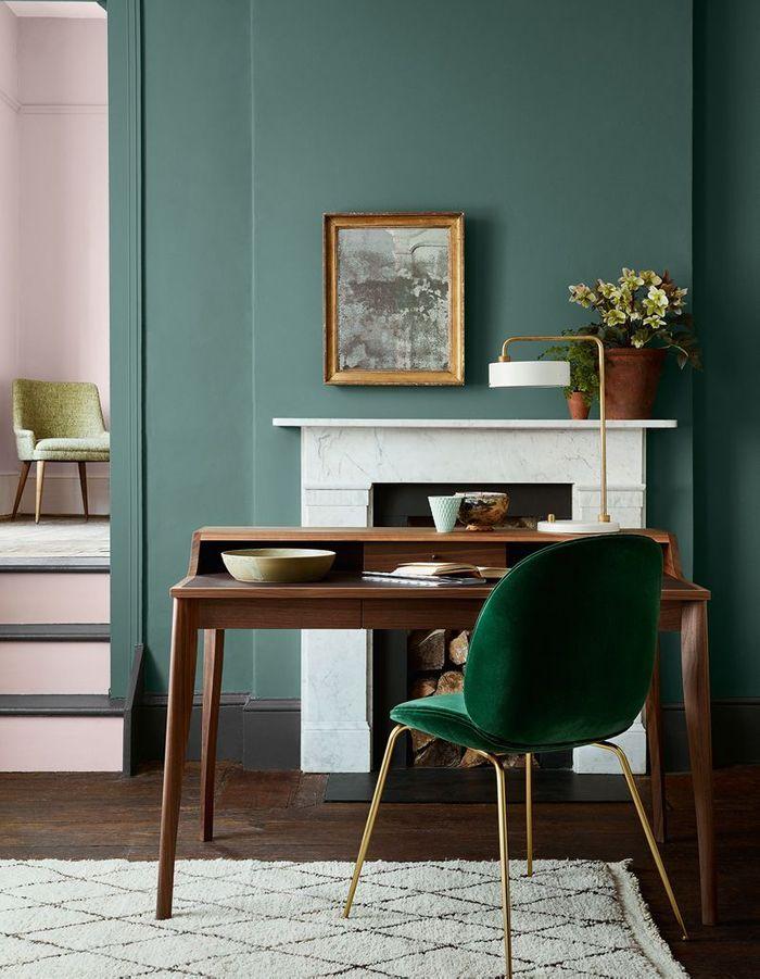 La chaise Beetle verte associée à un bureau en noyer