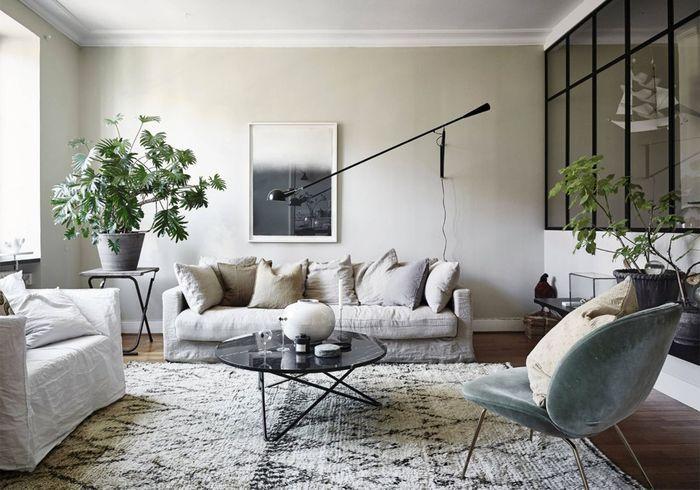 Le fauteuil Beetle vert d'eau dans un salon à l'esprit mix & match