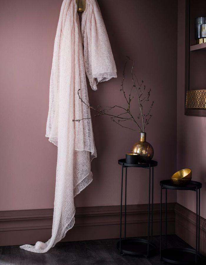 Un mur peint en vieux violet et prune