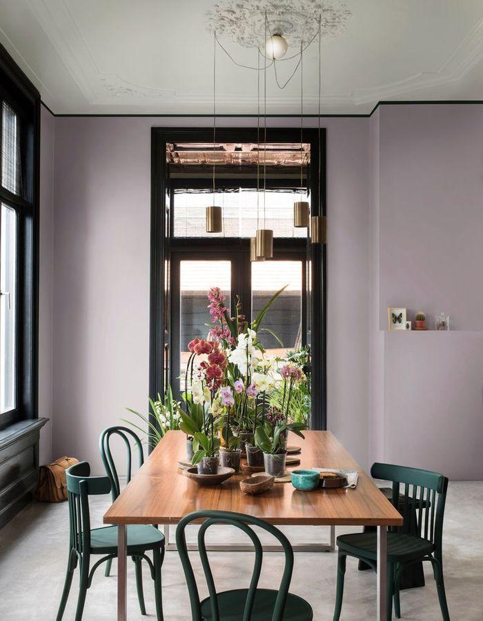 Un mur peint en violet poudré et noir