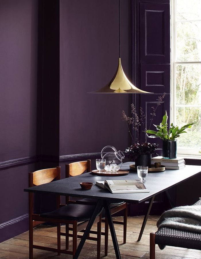 Un mur peint en violet