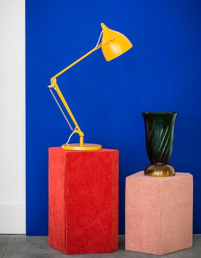 Lampe industrielle et vase antique