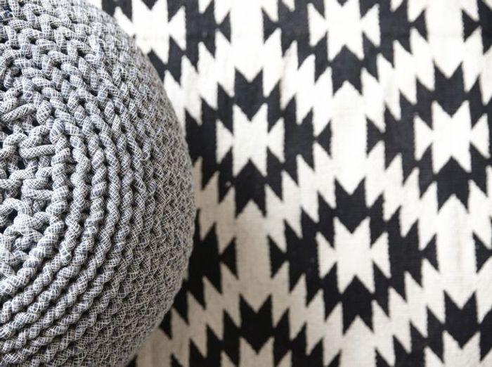Un tapis noir et blanc aux motifs graphiques pour un sol tendance