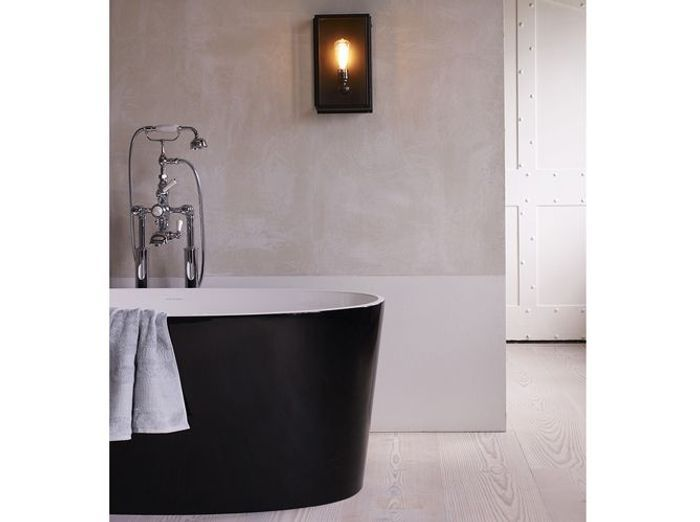 Une baignoire noire pour réveiller une salle de bains blanche