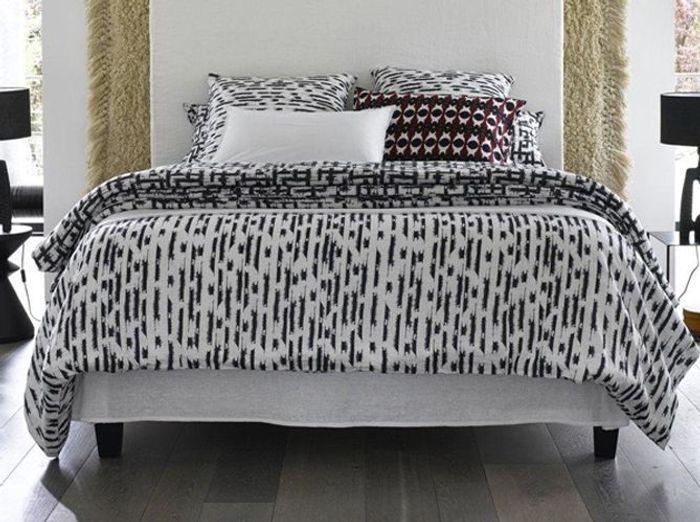 Une parure de lit noire et blanche dans un style ethnique chic