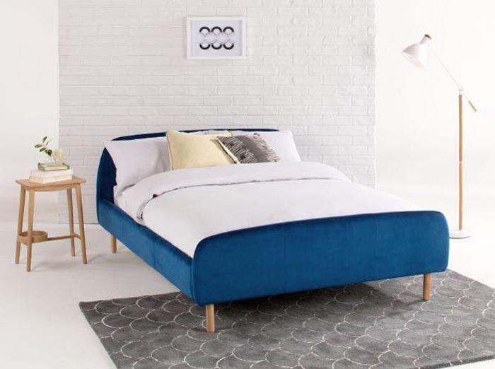 Un lit coloré en velours
