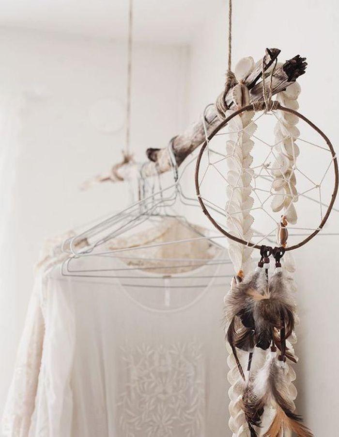 Un dressing ouvert réalisé avec une branche en bois suspendue