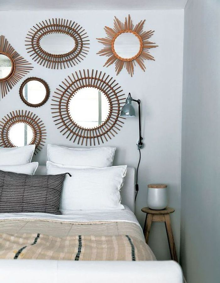 Une tête de lit composée de miroirs