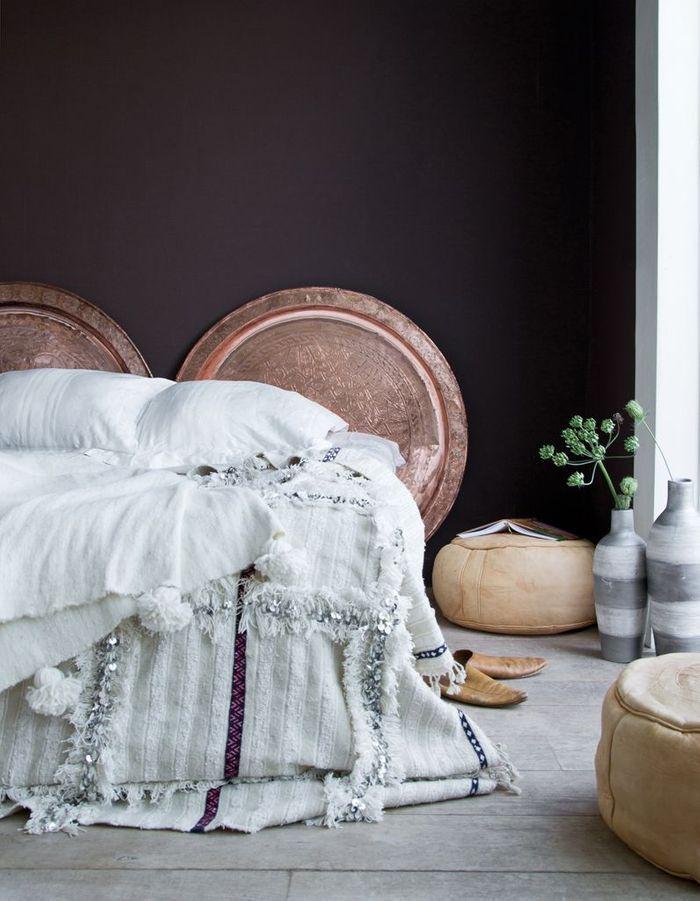 Une tête de lit composée de plateaux marocains