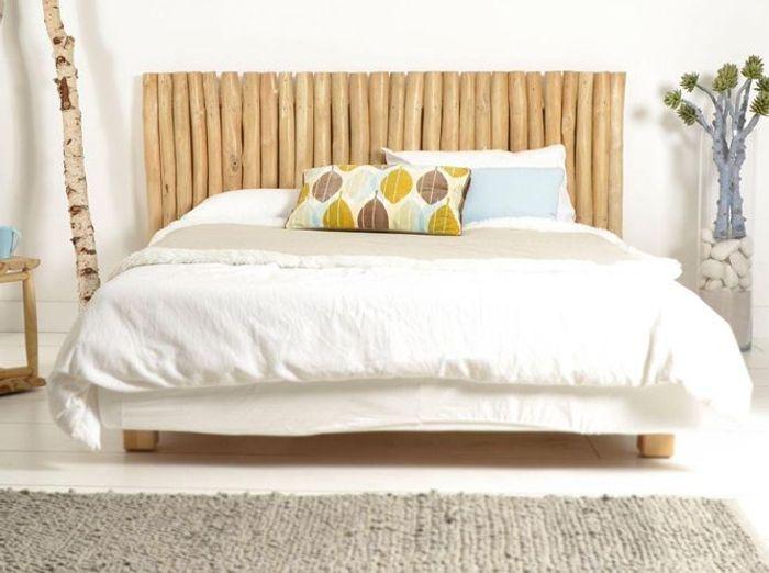 Une tête de lit en bois flotté