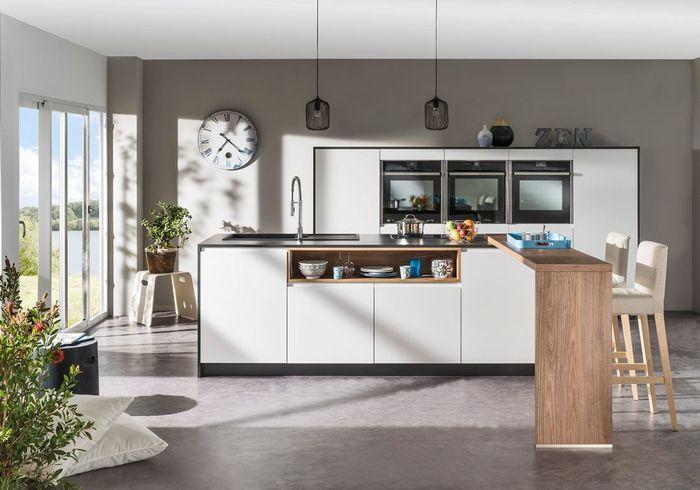 Une cuisine au sol gris béton