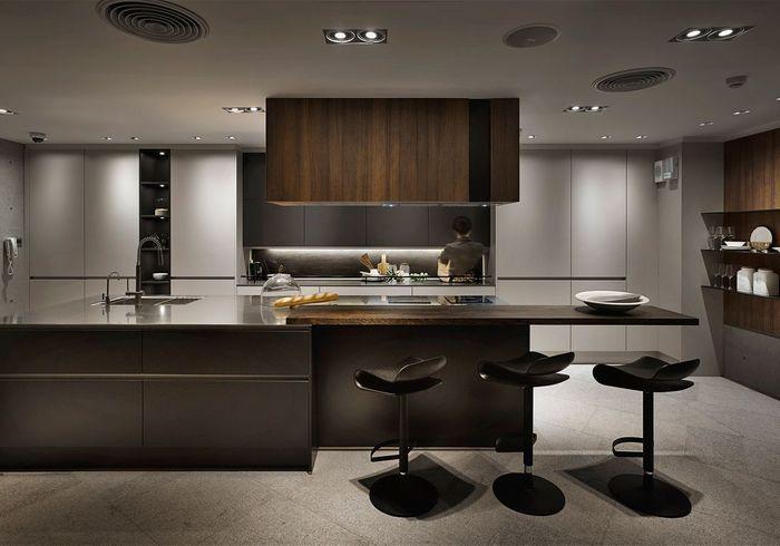 Une cuisine bois et noir avec bar
