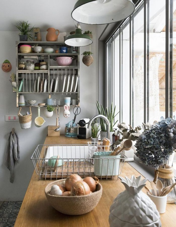 Cuisine vintage embellie par un vaisselier mural
