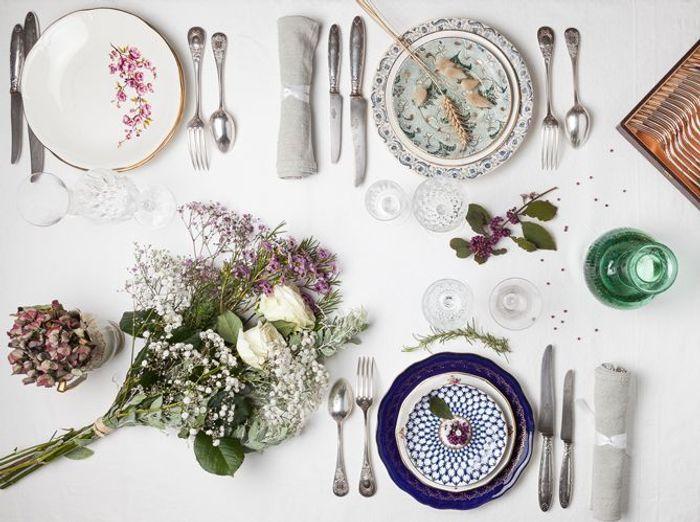 Disposez des bouquets de fleurs sur votre table champêtre