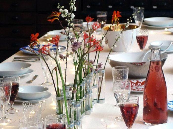Installez un centre de table fleuri sur votre table champêtre