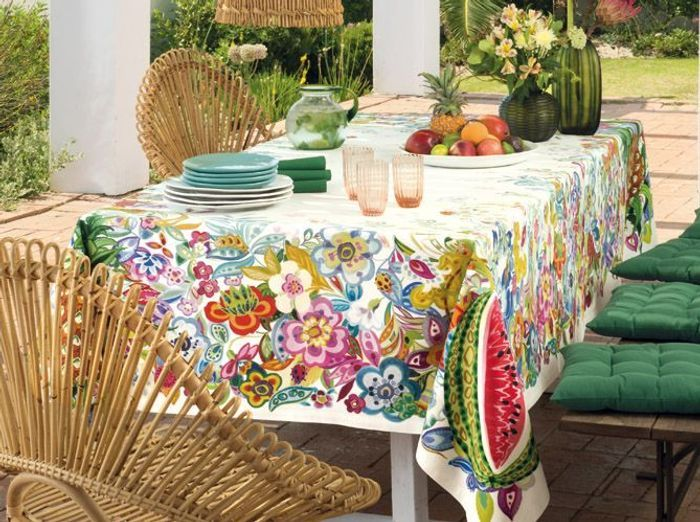 Installez une nappe fleurie sur votre table champêtre