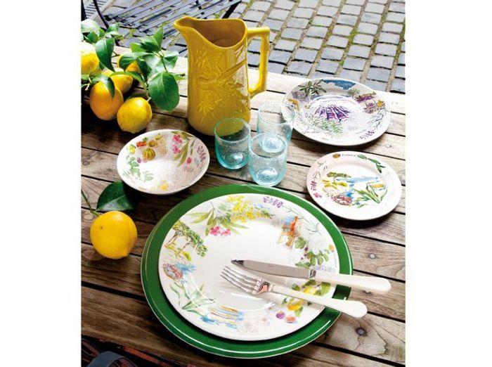 Misez sur de la vaisselle fleurie pour une déco de table champêtre