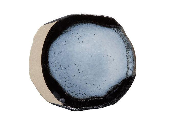 Vaisselle design : une assiette en grès émaillé