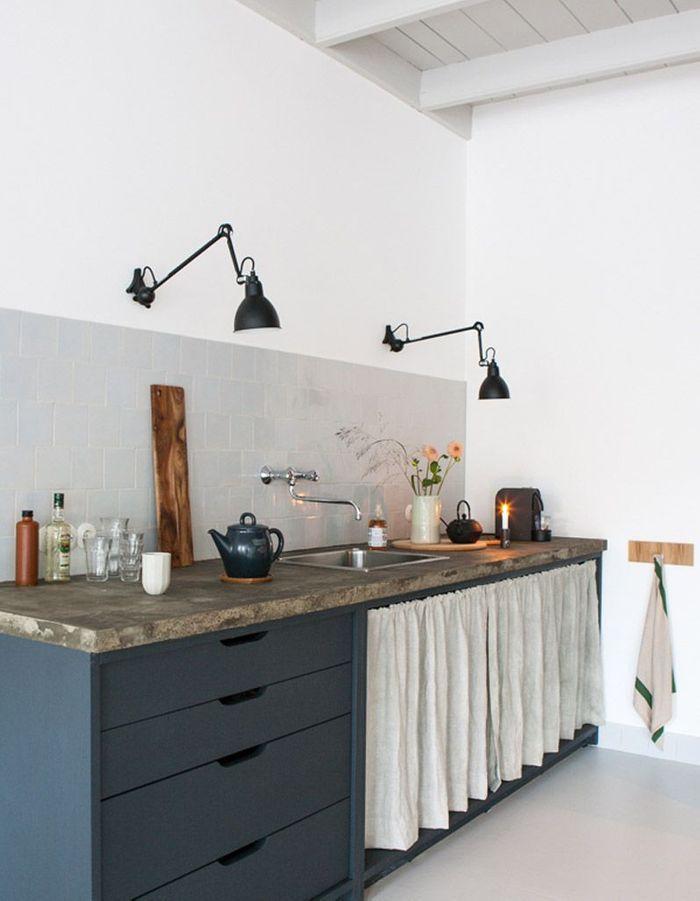 Une cuisine campagne avec des rideaux en lin à la place des portes de placards
