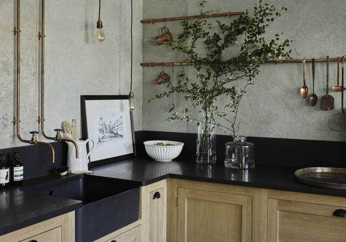 Une cuisine campagne avec robinetterie à l'ancienne