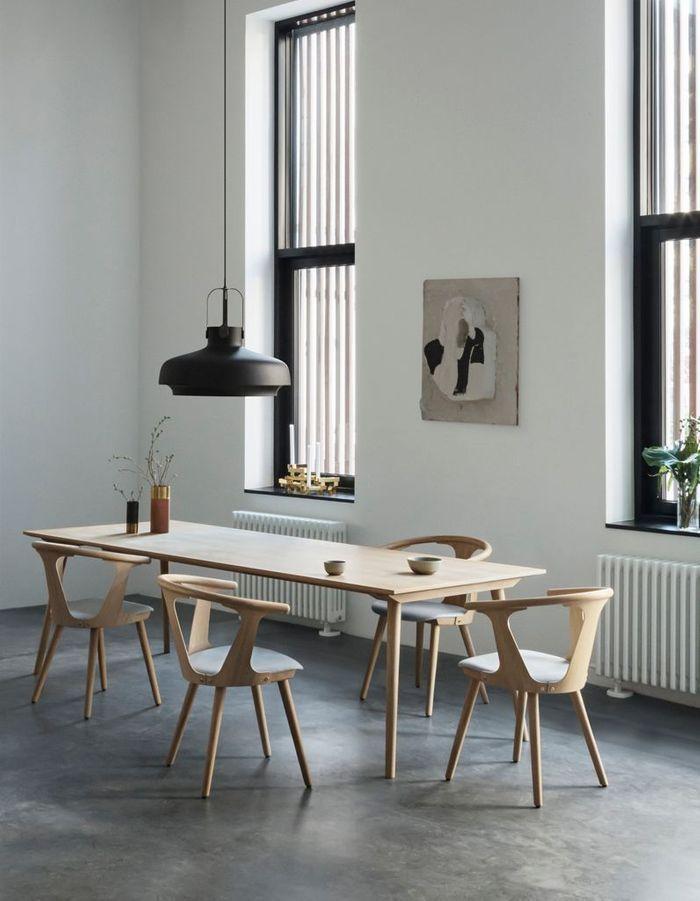 Grande table à manger en bois clair