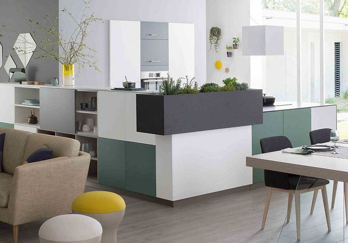 Une cuisine ouverte délimitée par des blocs de placards