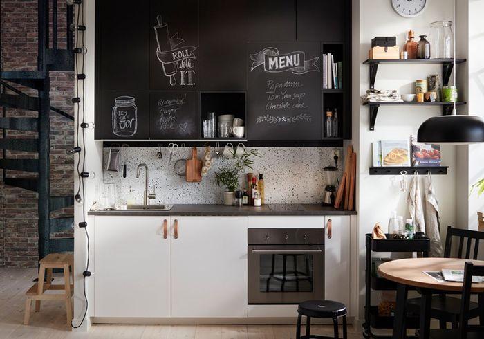 Une cuisine ouverte et maligne grâce au revêtement ardoise sur les portes de placard