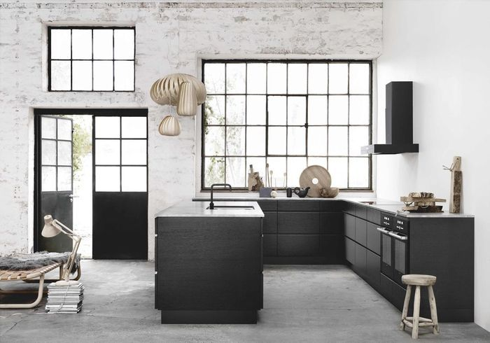 Une cuisine ouverte toute noire