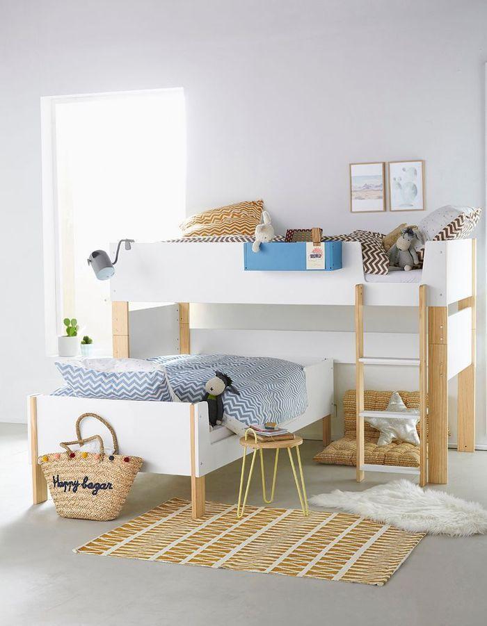 Un espace cosy sous un lit superposé