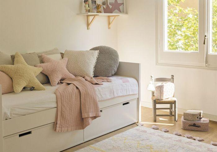 Un lit qui fait office de banquette pour recevoir ses invités