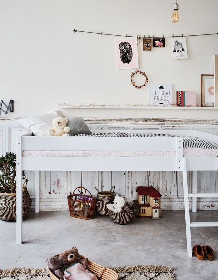 Un lit surelevé pour glisser les paniers à rangement