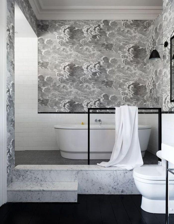 Une salle de bains grise avec papier peint