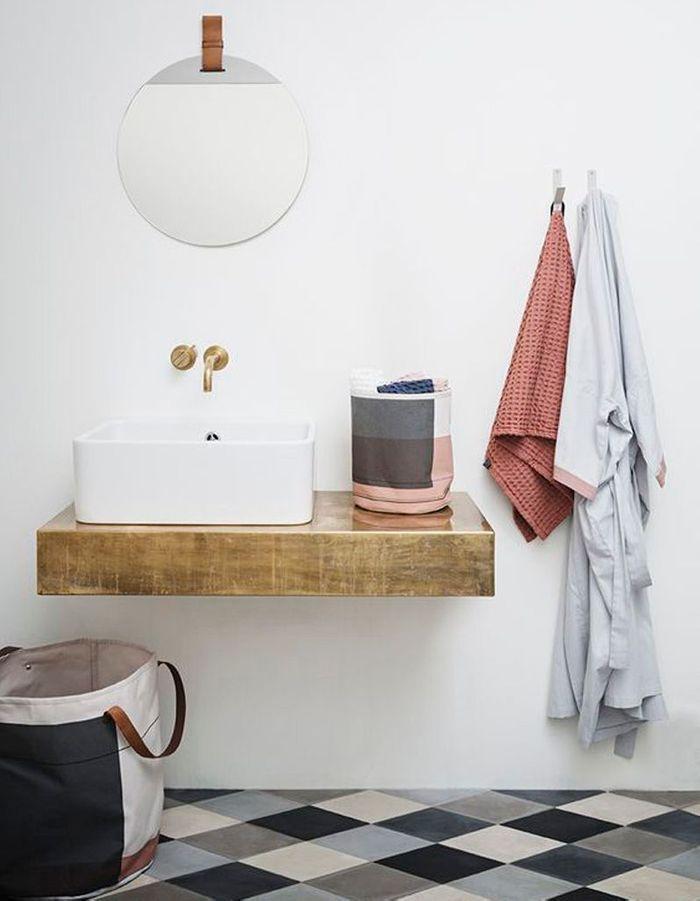 Une salle de bains grise dans l'air du temps
