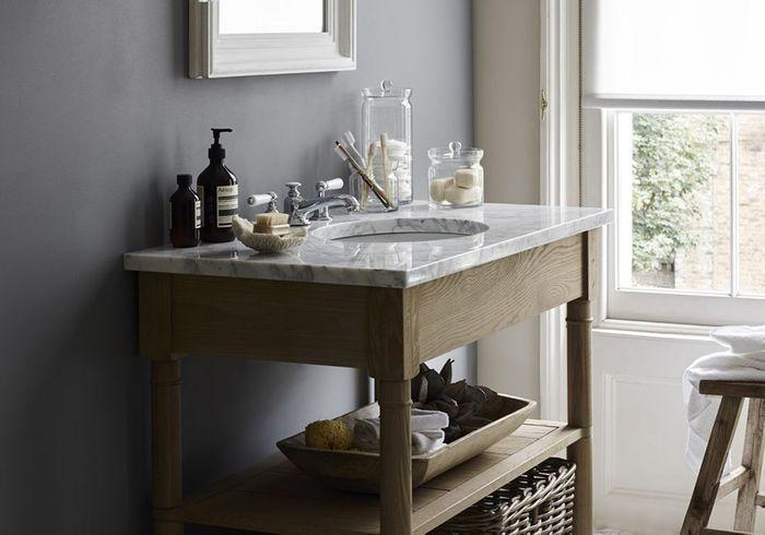 Une salle de bains grise qui joue avec les matériaux