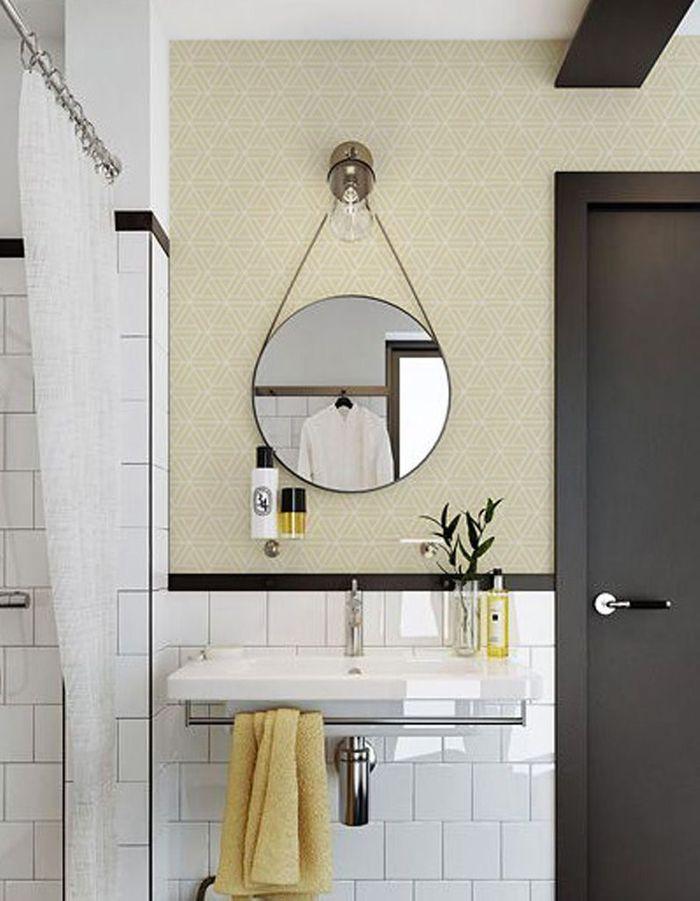 Un papier peint aux imprimés géométriques et un carrelage graphique pour un mix and match réussi dans la salle de bains