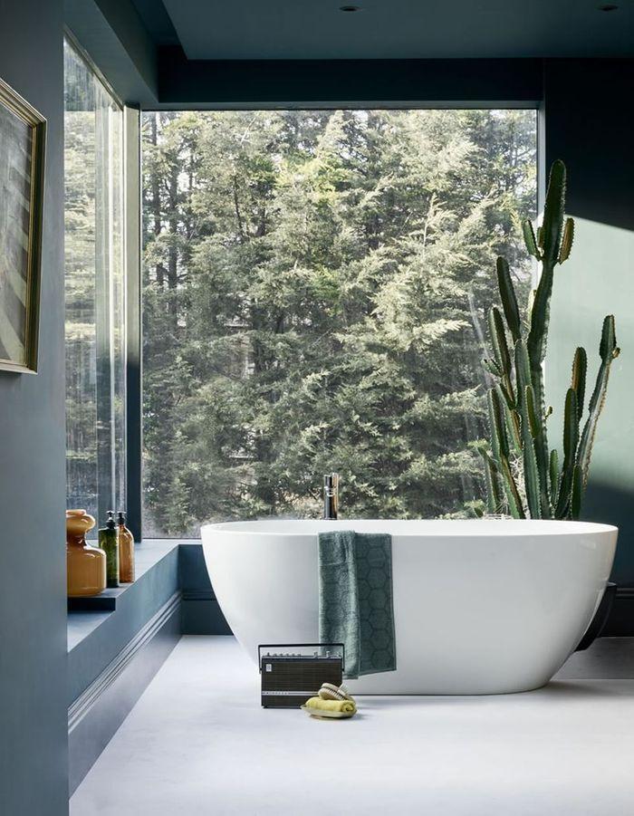 Oser l'effet cocon via des teintes foncées pour une salle de bains zen
