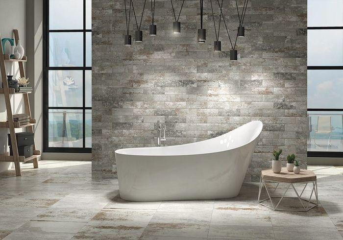 Un sol de salle de bains en accord avec le mur