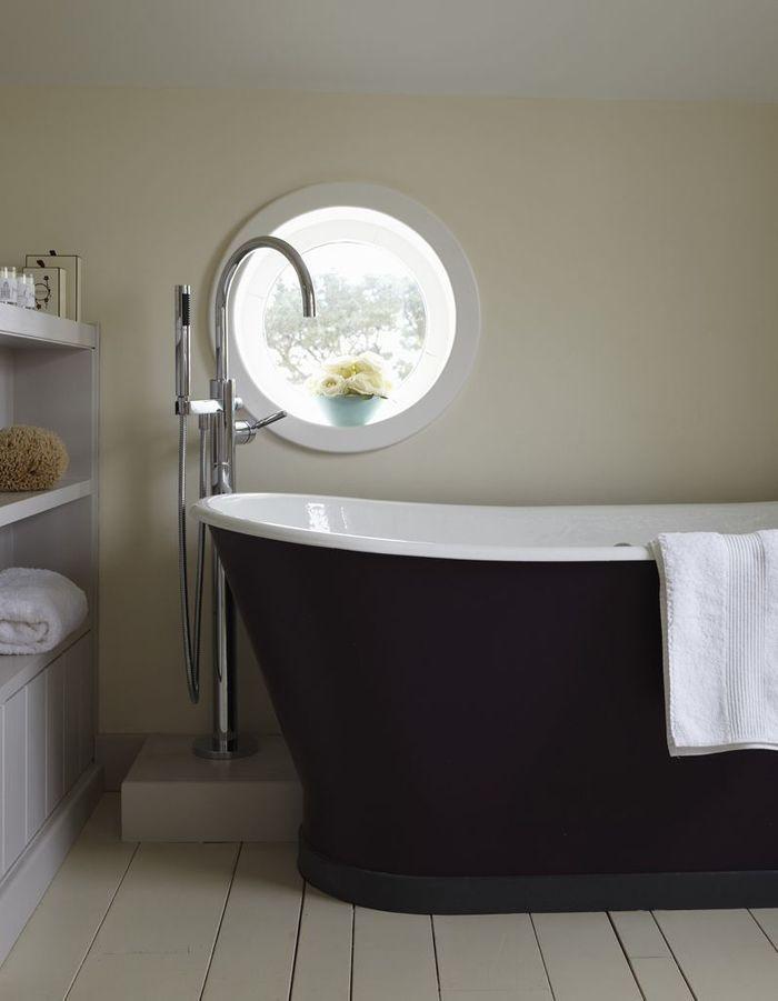 Un sol de salle de bains en parquet repeint
