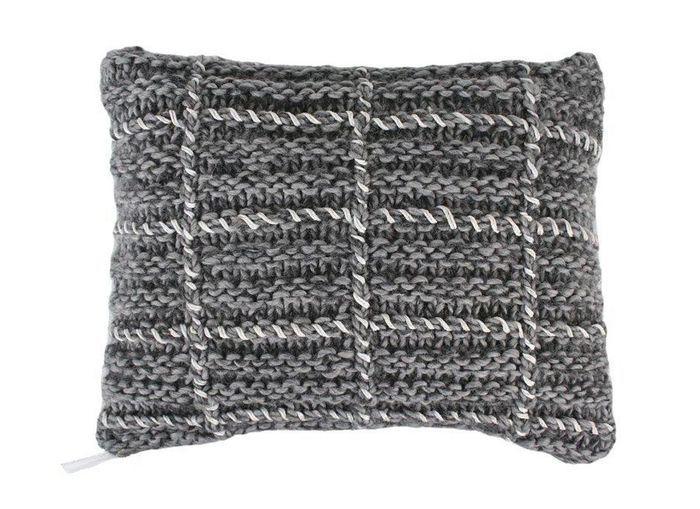Un canapé gris accompagné d'un coussin à grosses mailles
