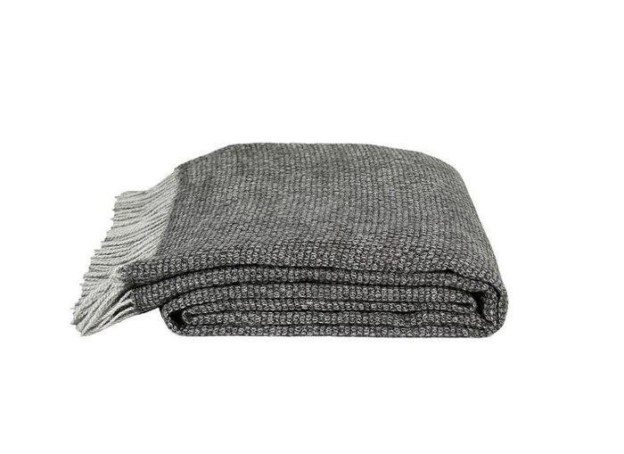 Un canapé gris accompagné d'un plaid cocooning