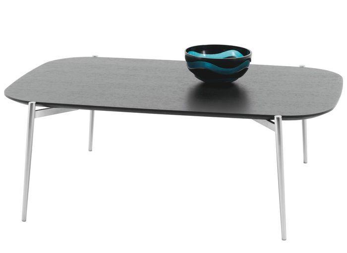 Un canapé gris accompagné d'une table basse colorée