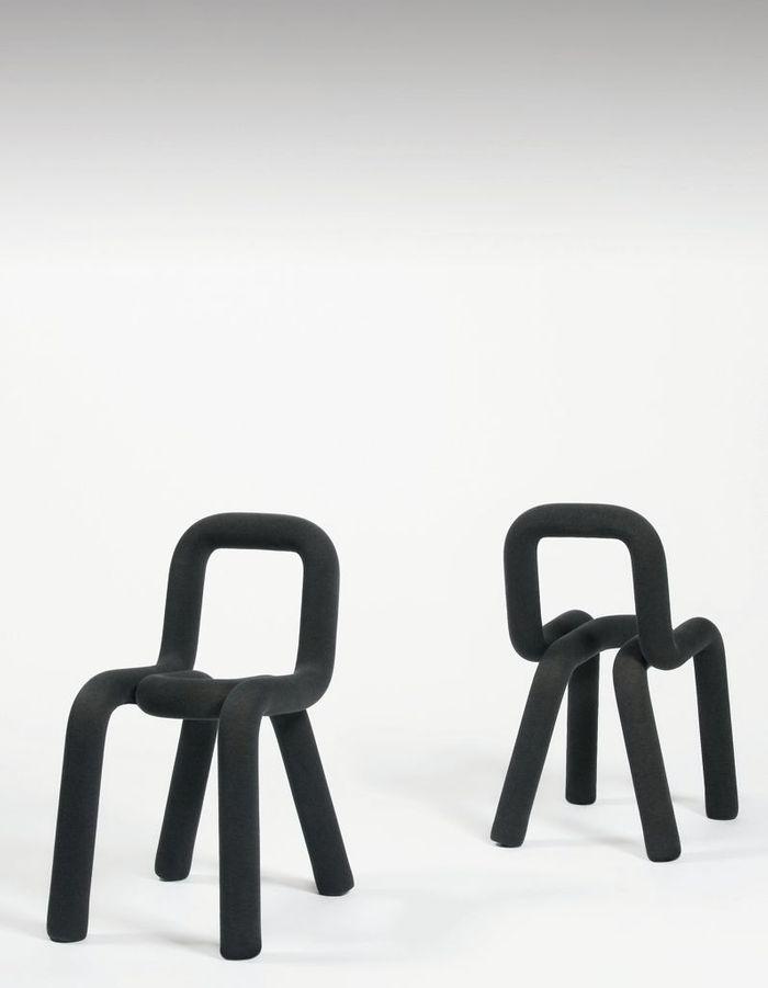 Un canapé gris accompagné de chaises ultra originales