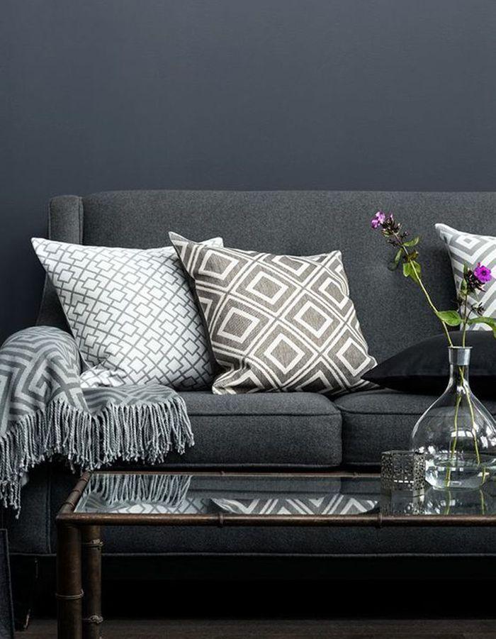 Un canapé gris et des coussins dans la même teinte pour un camaïeu réussi