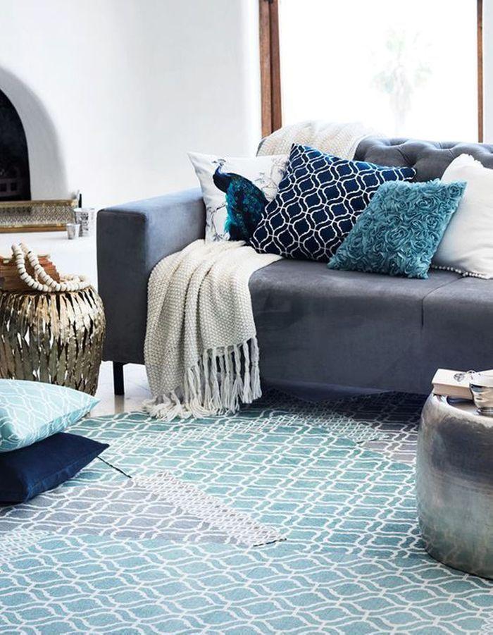 Un canapé gris mixé à des accessoires bleus