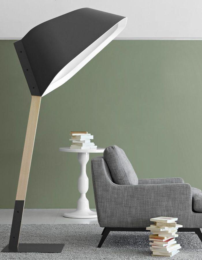 Une canapé gris accompagné d'un luminaire design XXL