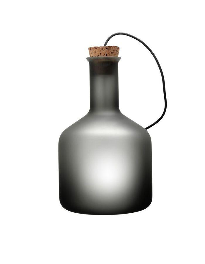 Une canapé gris accompagné d'un luminaire en verre fumé