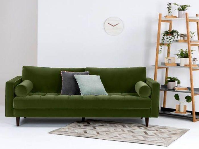 Un canapé en velours vert forêt