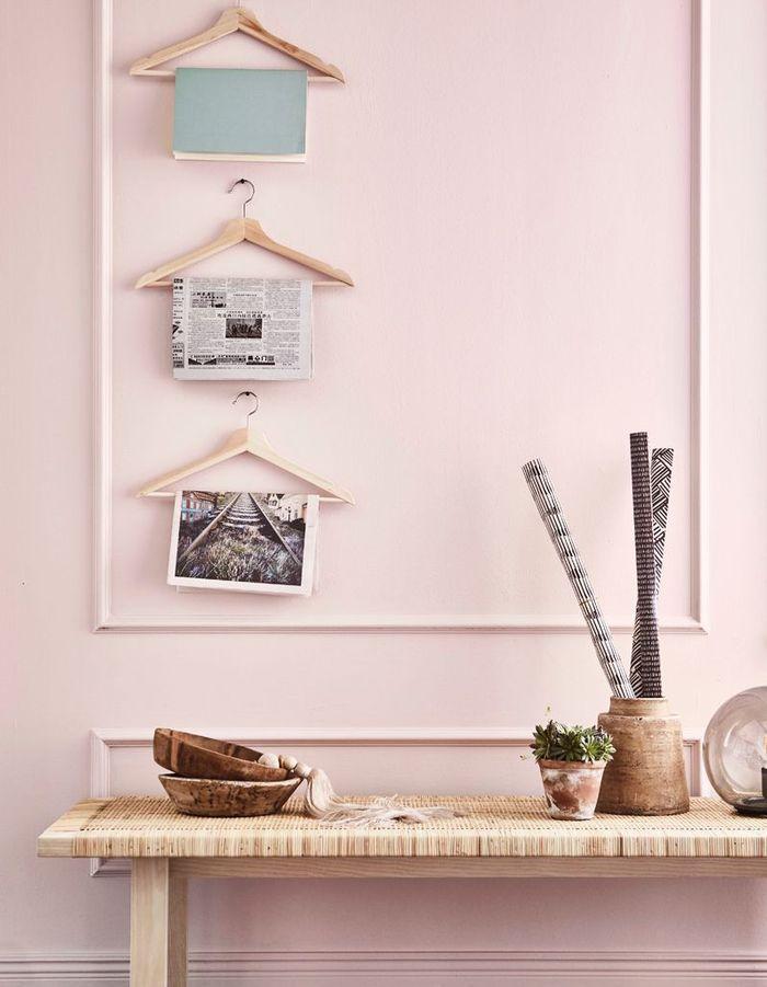 Des cintres Ikea détournés en porte-magazines